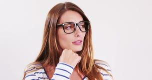 Милое брюнет с eyeglasses акции видеоматериалы