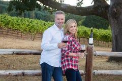 Милое вино дегустации пар на винограднике Стоковое Изображение
