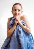 Милое заволакивание девушки в голубом полотенце после плавать Стоковые Фотографии RF