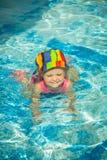 Милое заплывание маленького ребенка в бассейне Стоковое фото RF