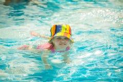 Милое заплывание маленького ребенка в бассейне Стоковая Фотография RF