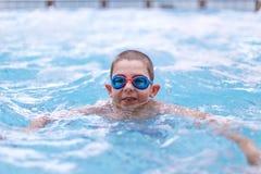 Милое заплывание мальчика стоковая фотография rf