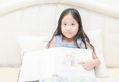 Милое изображение семьи изображения выставки девушки на ее книге эскиза Стоковая Фотография