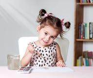 Милое и милое изображение картины маленькой девочки с акварелью в студии Концепция процесса образования Стоковые Изображения