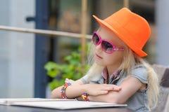 Милое меню чтения ребенка в кафе Стоковая Фотография