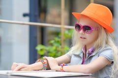 Милое меню чтения ребенка в кафе Стоковые Фотографии RF