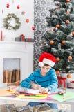 Милое письмо к santa, ожидание сочинительства мальчика для рождества Стоковые Изображения RF