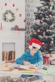 Милое письмо к santa, ожидание сочинительства мальчика для рождества Стоковое фото RF