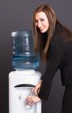 Милое питье рабочего места водяного охлаждения конторского персонала женщины брюнет Стоковая Фотография