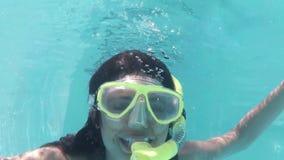 Милое подныривание брюнет в шноркель бассейна нося акции видеоматериалы
