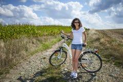 Милое представление девушки с велосипедом Стоковые Фото