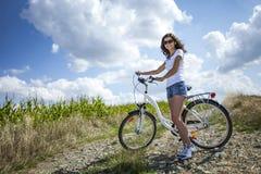 Милое представление девушки с велосипедом Стоковое Изображение RF