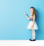Милое сочинительство девушки с мелом Стоковые Фотографии RF