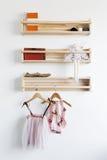 Милое хранение полки игрушек в спальне ` s маленькой девочки стоковое изображение