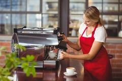 Милое barista подготавливая кофе Стоковые Фото