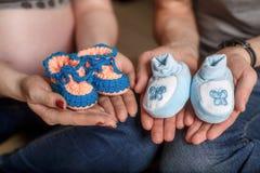 Милой связанные синью добычи младенца на руках Принципиальная схема беременности Стоковые Изображения RF
