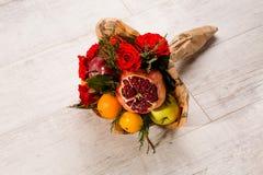 Мило обернутый состав красных роз и плодоовощей Стоковое Изображение RF