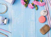 Милые аксессуары на голубой предпосылке Стоковое Фото