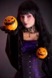 Милые апельсины фонарика Джека o удерживания ведьмы стоковые изображения