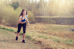 Милые бега девушки в парке Стоковая Фотография