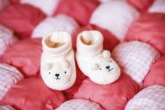 Милые белые добычи младенца на красном одеяле Принципиальная схема беременности Стоковая Фотография RF