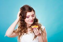 Милые владения девушки приносить торт в руке на сини Стоковая Фотография RF