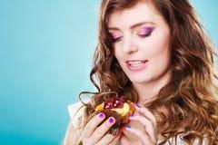 Милые владения девушки приносить торт в руке на сини Стоковое Изображение