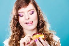 Милые владения девушки приносить торт в руке на сини Стоковые Фотографии RF