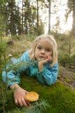 Милые грибы рудоразборки маленькой девочки в лесе лета Стоковые Изображения