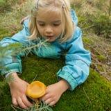 Милые грибы рудоразборки маленькой девочки в лесе лета Стоковое Изображение RF