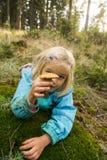 Милые грибы рудоразборки маленькой девочки в лесе лета Стоковые Фото