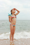 Милые девушка и Чёрное море Стоковое Изображение RF