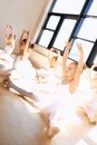 Милые девушки балета в тренировке внутри студии Стоковые Фотографии RF