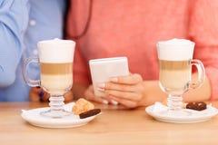 Милые девушки выпивая кофе Стоковое Изображение