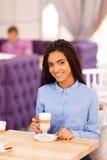 Милые девушки выпивая кофе Стоковая Фотография RF