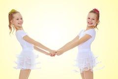 Милые девушки держа руки Стоковое Фото
