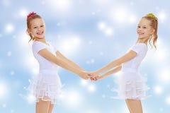 Милые девушки держа руки Стоковые Изображения RF