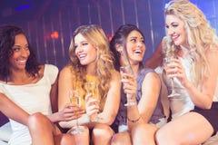 Милые девушки держа шампанское стеклянный Стоковые Изображения RF