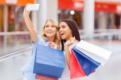 Милые девушки делая покупки Стоковые Фото