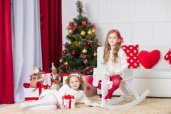 Милые девушки играя в рождестве украсили комнату Стоковое Изображение