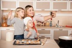 Милые девушки и их мать делая фото пока Стоковое Фото