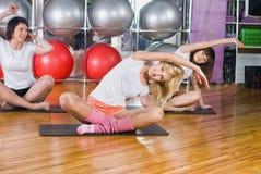 Милые девушки нагревая в фитнес-центре Стоковые Фото
