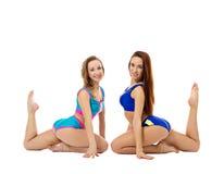 Милые девушки напрактиковали pilates на камере Стоковые Изображения
