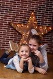 Милые девушки дома в передней кирпичной стене Стоковые Фотографии RF