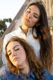 Милые девушки ослабляя на деревянных лестницах Стоковые Фотографии RF