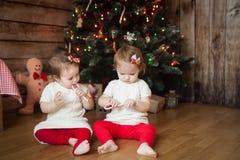 Милые девушки перед украшенной рождественской елкой Стоковые Фотографии RF