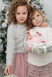 Милые девушки ребенка с подарком около рождественской елки Стоковая Фотография RF