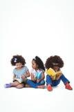 Милые девушки сидя на книгах чтения пола Стоковые Изображения RF