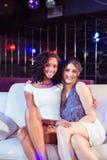 Милые девушки сидя на кресле Стоковое Фото