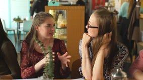 Милые девушки смеясь над в кафе акции видеоматериалы